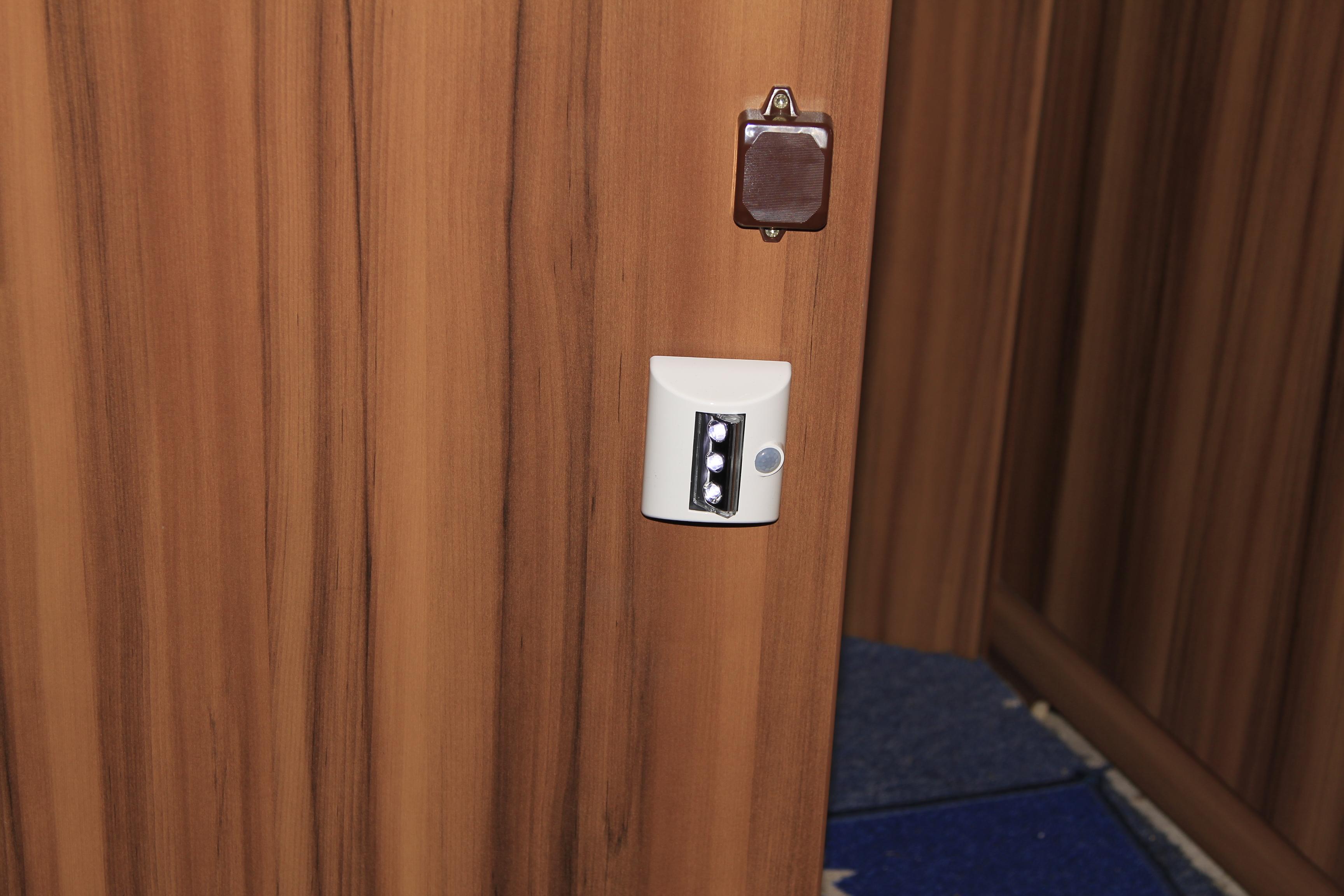 Kühlschrank Befestigung Tür : Kühlschrank schrank einstiegs beleuchtung lucian s flieger und